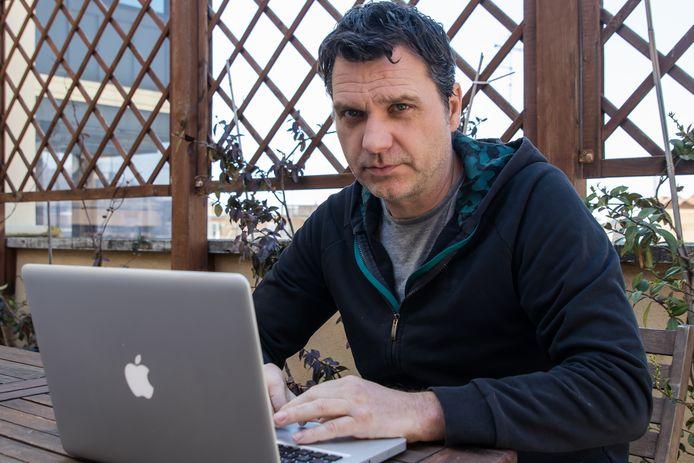 Italië correspondent Angelo van Schaik thuis in Rome aan het werk