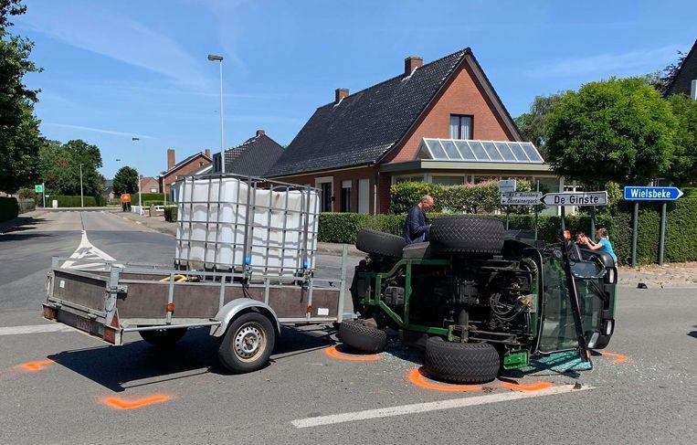 De kleine tractor van de gemeentewerker kantelde, als gevolg van de botsing.