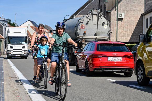"""De Zandstraat in Appels: geen fietspad en nog drukker verkeer dan anders door de omleiding naar aanleiding van werken ter hoogte van papierfabriek VPK. """"Gerust fietsen is er hier niet bij"""", zegt Iris Uyttersprot."""