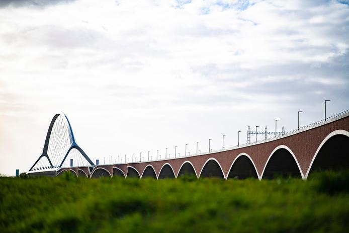 De brug De Oversteek, vlakbij de nieuwe wijk in Nijmegen-Oost. Het idee voor een een verzetsbuurt past bij de symboliek van de nabijgelegen brug waar de geallieerden in '44 de Waal overstaken.