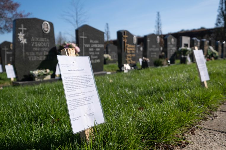 Op het kerkhof in de Kerkhofstraat kregen heel wat graven een bordje.