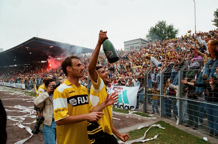 Pierre van Hooijdonk (r) en Marco Sas vieren de promotie van NAC in 1993 na de 0-3 zege in Den Bosch.