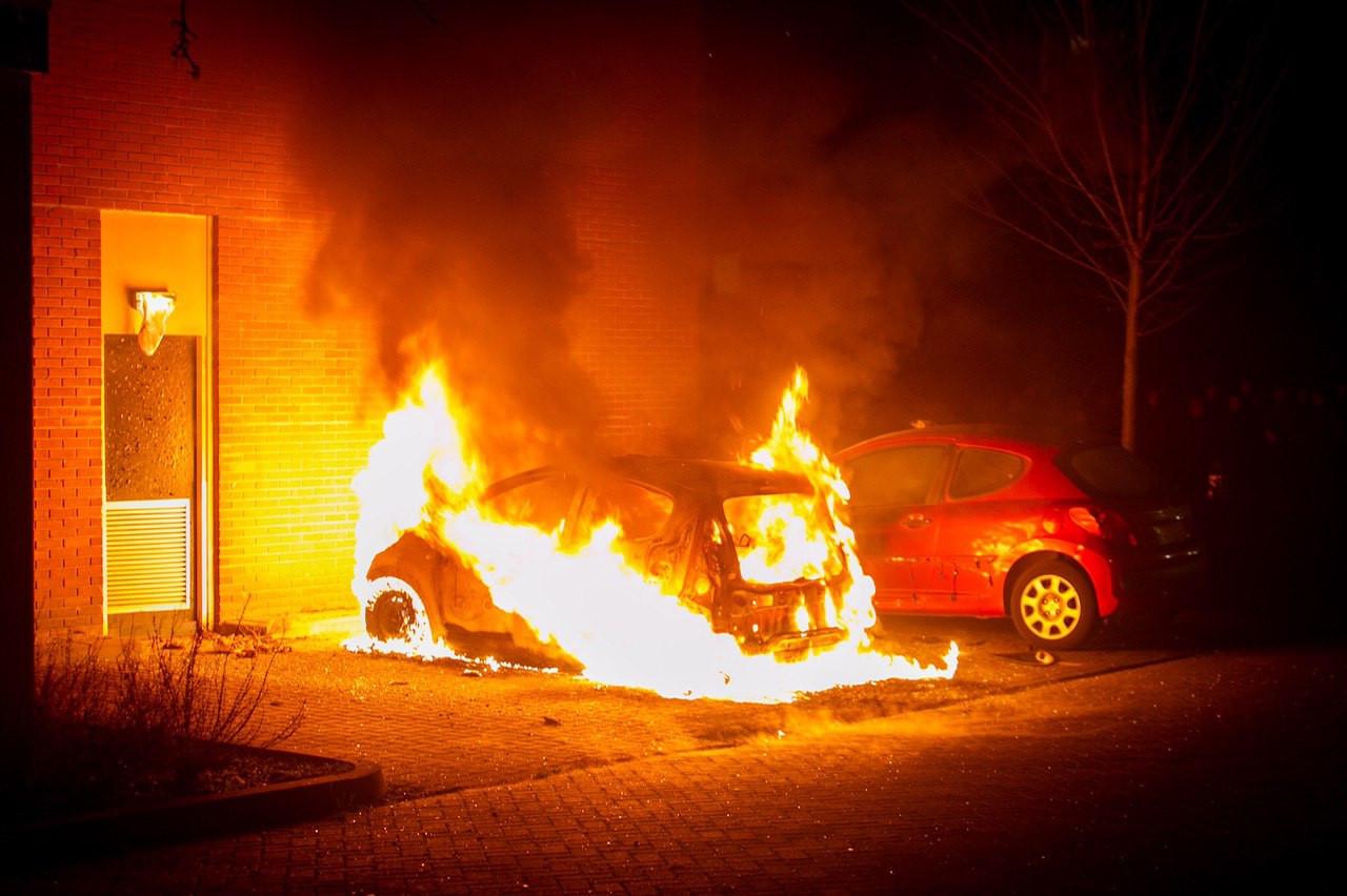 In Ede zijn onder meer twee auto's en een toegangsdeur tot een flat beschadigd bij een brand bij heftige onrust tussen politie en jongeren.