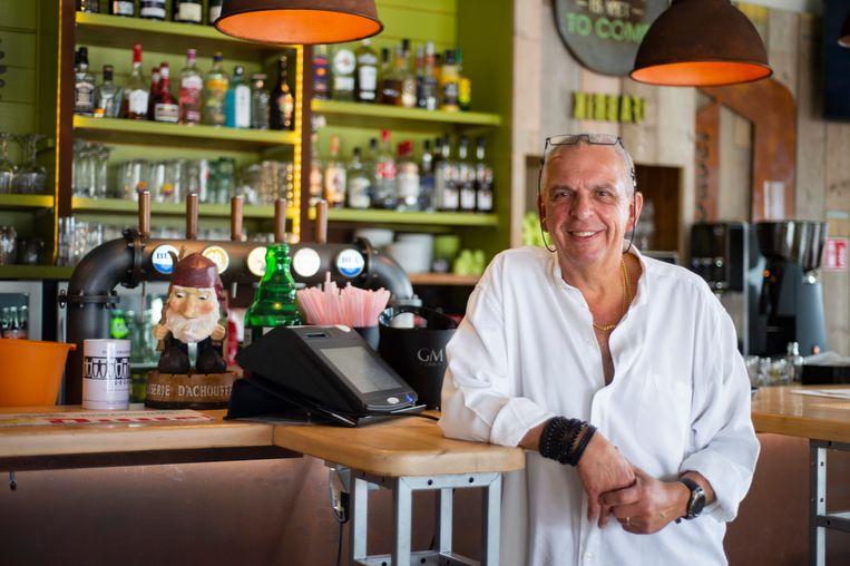 ZOMERREEKS: Café 't Fabrik is één jaar open – cafébaas Roger Vrancken poseert in zijn zaak.