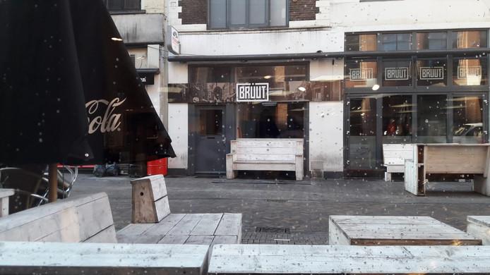Een foto vanuit de Primark, recht tegenover het café. De kledingwinkel is gewoon open.