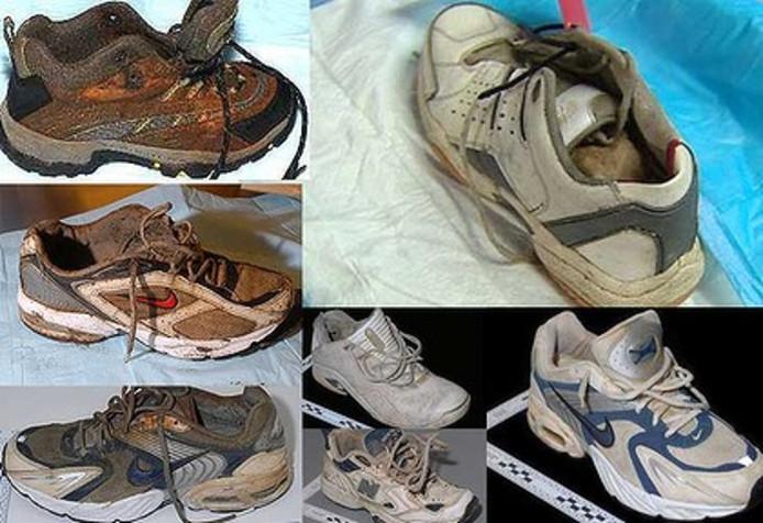 Enige van de aangespoelde sportschoenen.