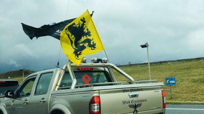 """Pick-uptruck met adelaar, neo-nazisymbool en Duitse oorlogskreet gespot in Vlaams Belang-colonne: """"Zo'n marginalen zijn niet welkom"""""""