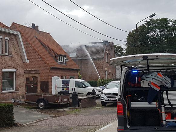 De brandweer bestreed het vuur langs buiten en binnen.