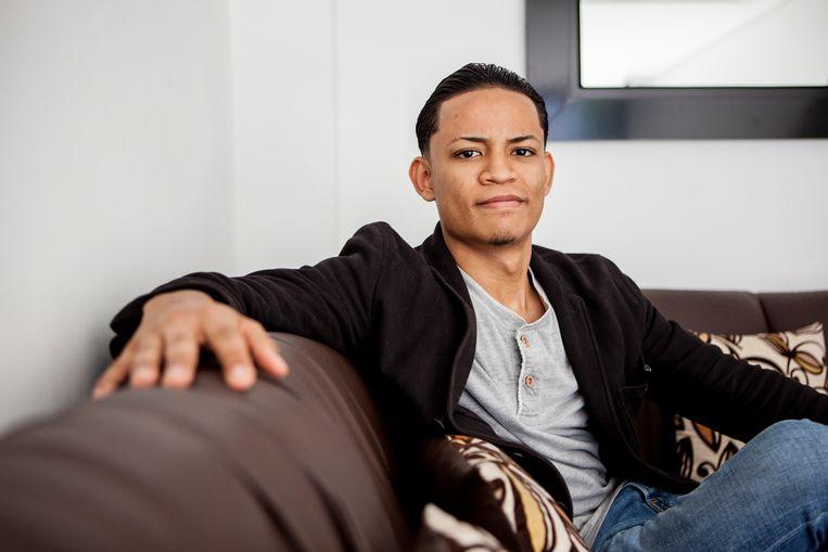 Internetondernemer Carlos Álvarez op de bank thuis. Beeld Yvonne Brandwijk