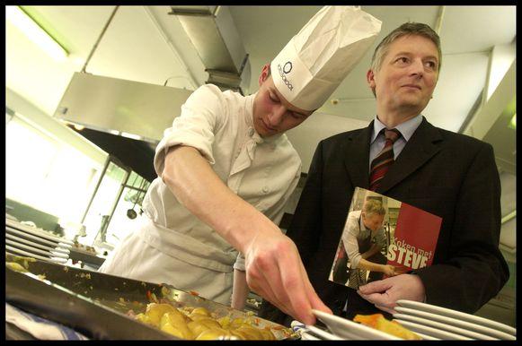 In de topjaren van de Hotelschool in Hasselt stelde oudleerling wijlen Steve Stevaert er zijn populaire kookboek voor.