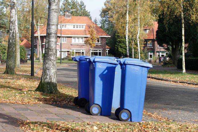 Containers voor oud papier. In Olst-Wijhe staan ze aan de weg in Olst-dorp en Herxen. In de rest van de gemeente blijven verenigingen en scholen het oud papier inzamelen.