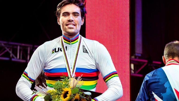 Een stralende Tom Dumoulin in zijn regenboogtrui Beeld Klaas Jan van der Weij / de Volkskrant