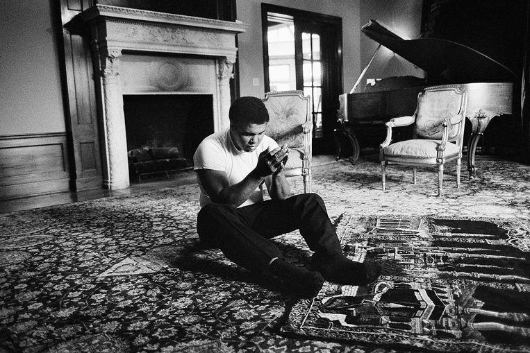 Muhammad Ali aan het bidden in zijn huis in Los Angeles. Tijdens het maken van de foto zij hij kort maar krachtig,