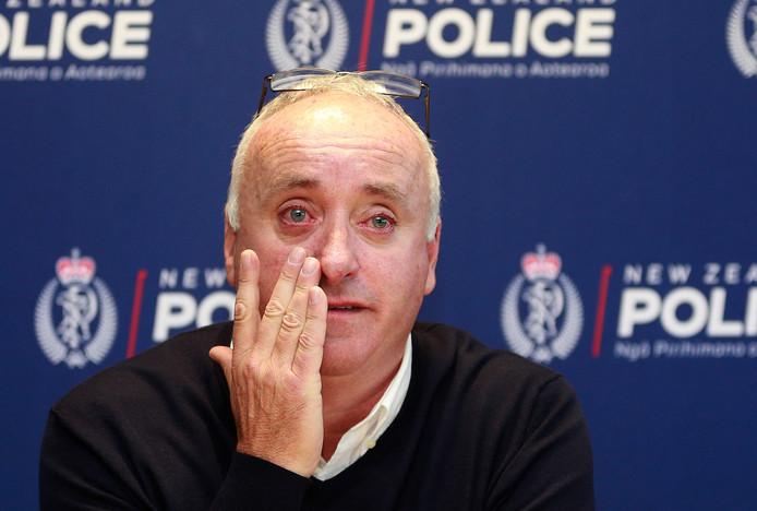 Vader David Millane in tranen tijdens de persconferentie.