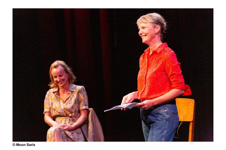 'In het echt' door Laura van Dolron met links gynaecoloog Brenda Hermsen Beeld Moon Saris