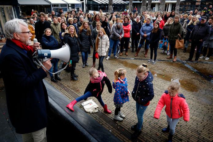 Onderwijspersoneel, ouders en leerlingen tijdens een eerdere actiedag, vorig jaar in Gorinchem.