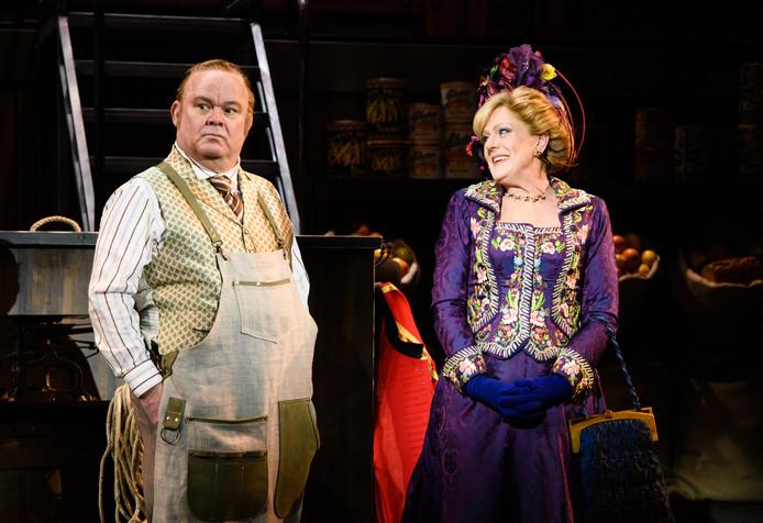 Simone Kleinsma en Paul de Leeuw in Hello Dolly.