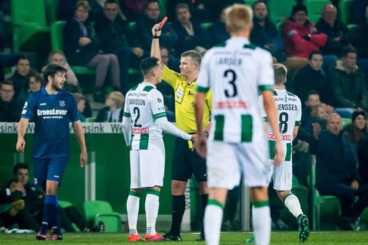 Een rode kaart voor Jason Davidson (FC Groningen) tijdens FC Groningen - sc Heerenveen vorig seizoen op 15 september 2016.