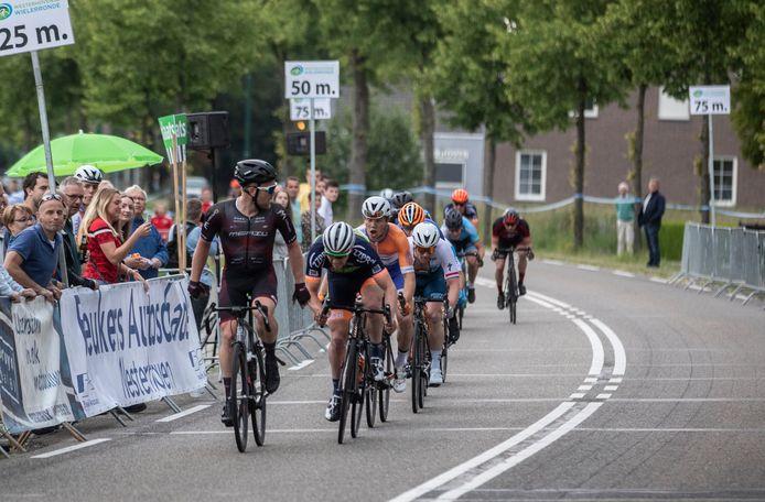 Roy Eefting (links) denkt dat hij de ronde van Westerhoven heeft gewonnen, maar Stan Godrie (rechts) zet nog aan en wint.