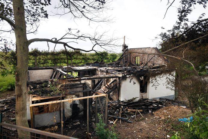 De afgebrande historische boerderij aan de Zaligestraat.