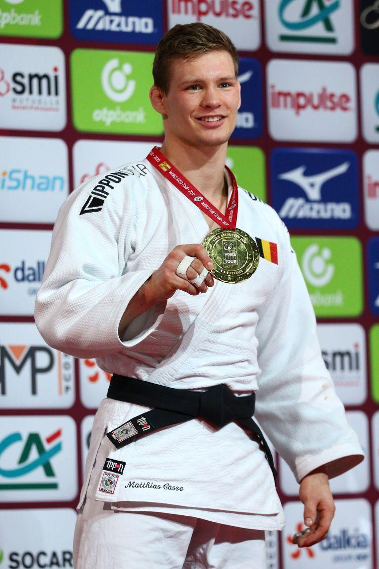 Casse met zijn gouden medaille in Parijs.