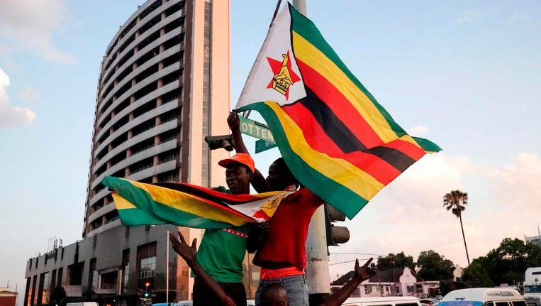 Volksmassa op de been in Harare. Beeld afp