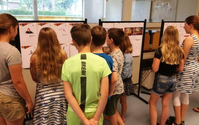 Leerlingen van basisschool De Klaverhoek bekijken de ontwerpen voor de speelzone in het dorpshart van Moerdijk.