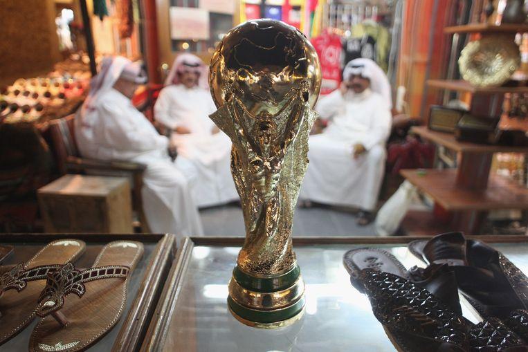 Een repicla van de World Cup in de soek van Doha. Beeld getty