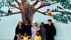 IN BEELD. Madonna en haar zeskoppige kroost bezoeken ziekenhuis in Malawi