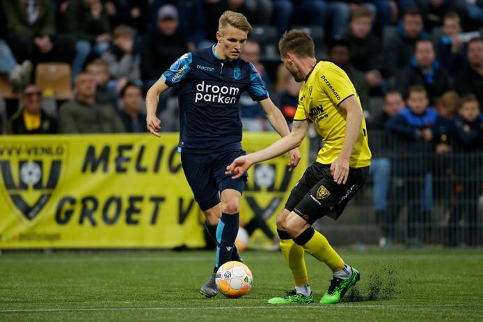 Martin Ødegaard (blauw shirt) in duel met Nils Röseler van VVV-Venlo.