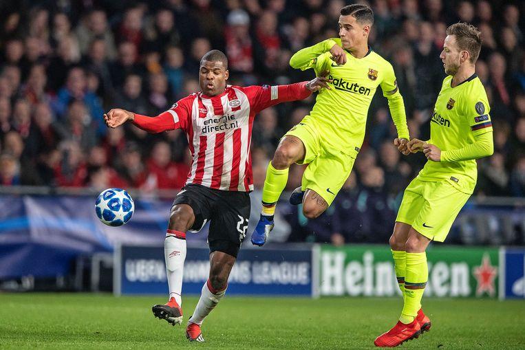 Denzel Dumfries in actie tegen FC Barcelona Beeld Guus Dubbelman / de Volkskrant