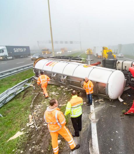 Gekantelde vrachtwagen op de A2 voorbij Vianen veroorzaakt verkeerschaos