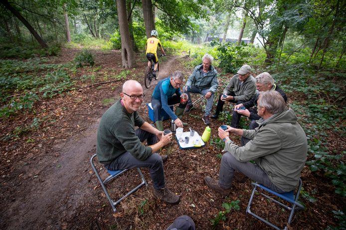 Koffiepauze voor René Schabos (linksvoor) en de mannen van de onderhoudsploeg van de MTB-route Twickel.