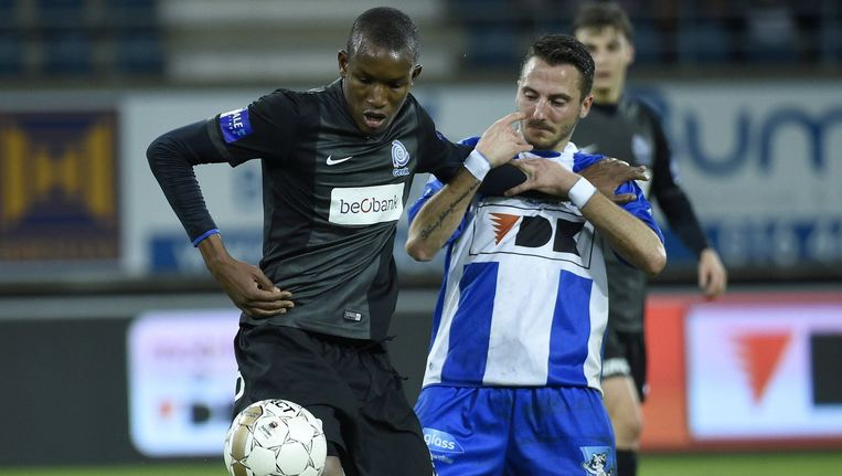 Sekou Cissé in actie tegen AA Gent, tegen Club Brugge startte de man die straks in het huwelijksbootje stapt op de bank.