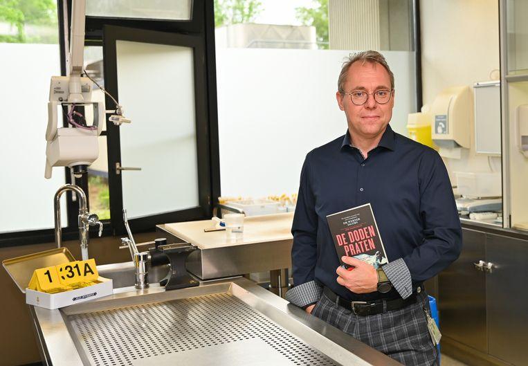 Wetsdokter Werner Jacobs achter zijn werktafel in de autopsiezaal van het Universitair Ziekenhuis Antwerpen.