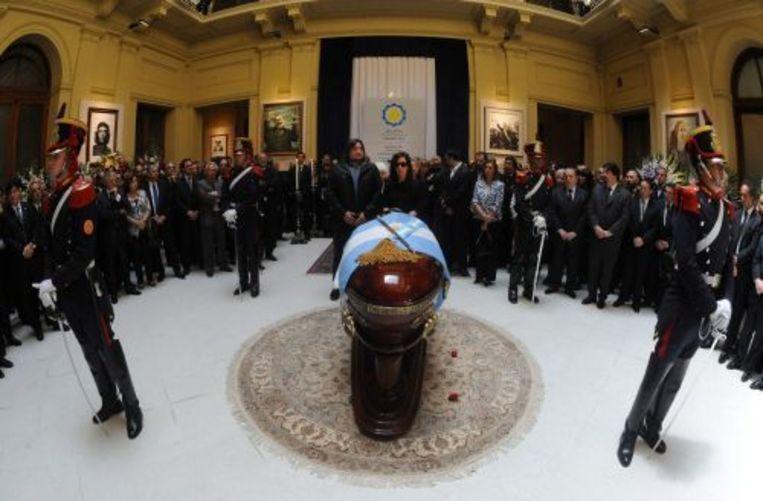 President Cristina Fernandez (R), Kirchners echtgenote, woonde de wake bij. ANP Beeld