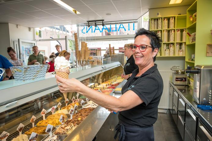 Eigenaresse Monique Veldkamp achter de toonbank van ijssalon Gustoso in Heerde, tijdens de drukke zomer van 2018.