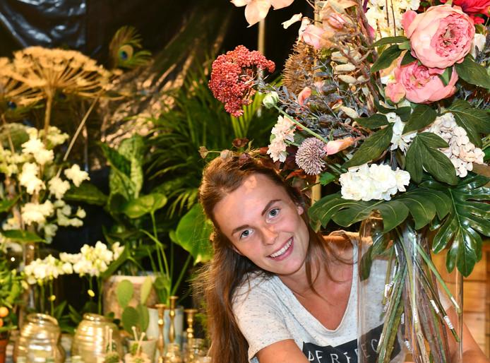 Ninja Ruitenbeek in haar bloemenzaak.