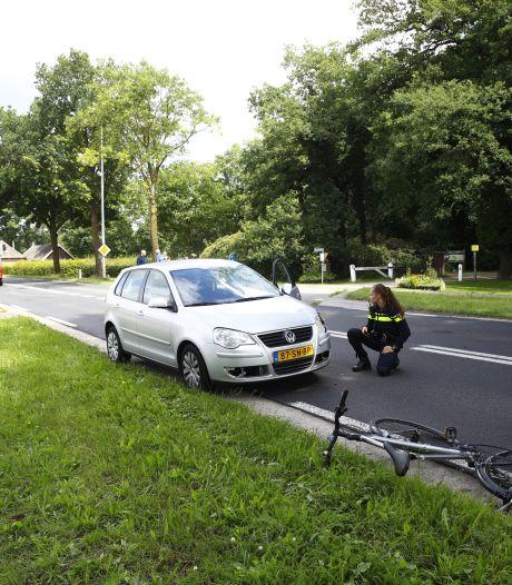 Zwaargewonde fietser met spoed afgevoerd na aanrijding in Elburg