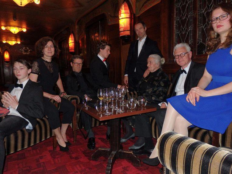 Joram Lürsen (midden, staand): 'Deze foto móét je nemen. Met mijn vader als godfather' Beeld Schuim