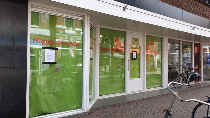 Het pand in het centrum van Enschede, met daarom een bericht van de gemeente Enschede dat het voor in ieder geval een half jaar gesloten wordt.