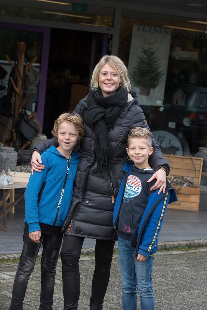Monique ten Wolde met haar zonen Daan en Tim.