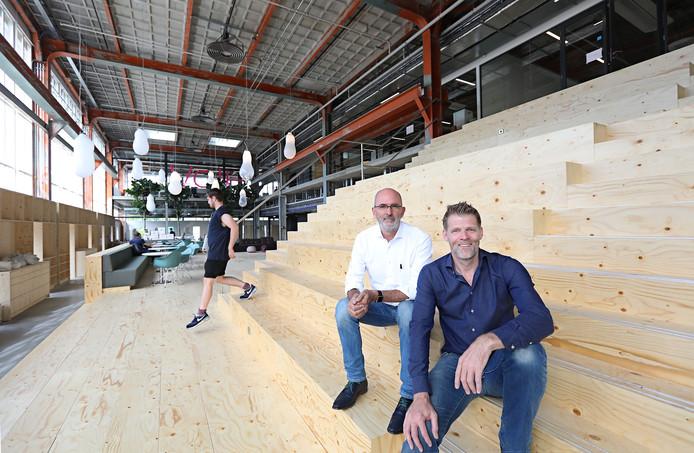 Thomas Paulen (rechts) en Ad van Berlo van design- en innovatiebureau VanBerlo in de centrale ruimte van het nieuwe kantoor in de voormalige energiecentrale van Philips op Strijp-T. FOTO RENÉ MANDERS/FOTOMEULENHOF