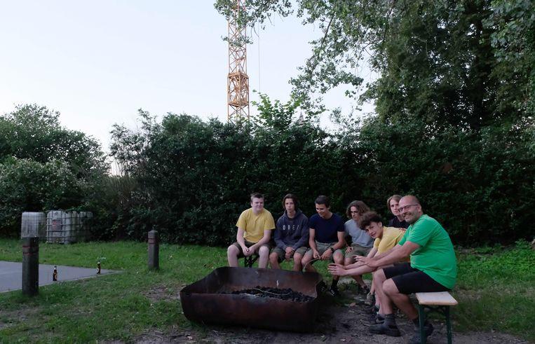 De jongeren van Scouting Bornem - met rechts Mark Augustinus - aan hun vuurput. Op de plaats waar de bouwkraan nu staat, komen de nieuwe appartementen.