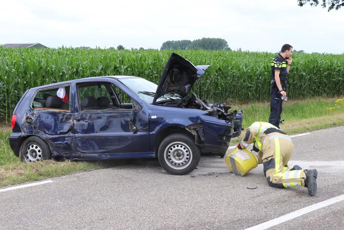 De bestuurder van de blauwe auto kwam er met schrammen vanaf.