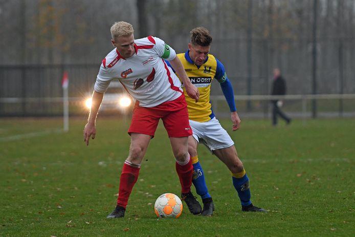 Vianen Vooruit-voetballer Rik Willemsen schermt de bal af in duel met Berghem Sport.