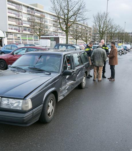 Auto's botsen op elkaar op parkeerplaats in Arnhem