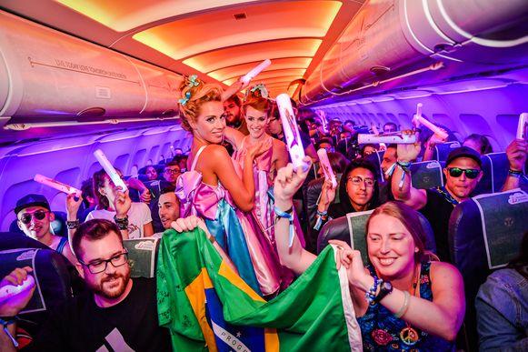 De sfeer zit goed op de 'party flight' van Ibiza naar Brussel
