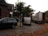 Moergestel kan aan de uiensoep: klep van een vrachtwagen schiet pal voor café De Brouwer open