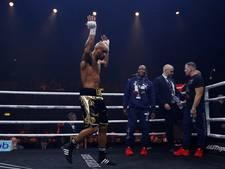 Bokser slaat opponent op geniepige wijze knockout en zwaait daarna met middelvinger